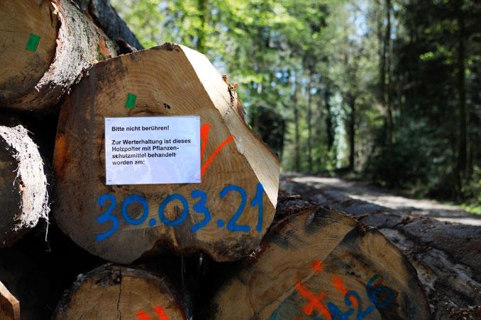 Vorsicht: mit Pflanzenschutzmittel behandeltes Holzlager. CC BY SA 4.0 Isabelle Trees Switzerland